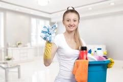 Γυναίκα με τον κάδο του καθαρισμού των προμηθειών Στοκ εικόνα με δικαίωμα ελεύθερης χρήσης