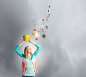 Γυναίκα με τον κάδο Στοκ φωτογραφία με δικαίωμα ελεύθερης χρήσης