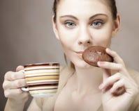 Γυναίκα με τον καφέ και τα μπισκότα Στοκ φωτογραφία με δικαίωμα ελεύθερης χρήσης