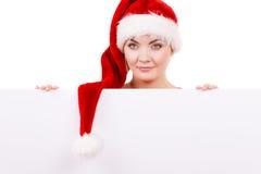 Γυναίκα με τον κενό κενό πίνακα εμβλημάτων Χριστούγεννα Στοκ Φωτογραφία