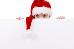Γυναίκα με τον κενό κενό πίνακα εμβλημάτων Χριστούγεννα Στοκ φωτογραφία με δικαίωμα ελεύθερης χρήσης