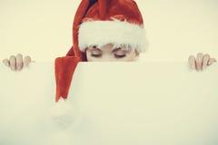 Γυναίκα με τον κενό κενό πίνακα εμβλημάτων Χριστούγεννα Στοκ Εικόνες