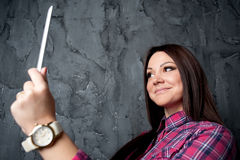 Γυναίκα με τον υπολογιστή ταμπλετών Στοκ Εικόνες