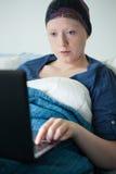 Γυναίκα με τον όγκο που χρησιμοποιεί το lap-top Στοκ Εικόνα