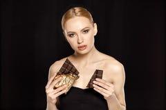 Γυναίκα με τους φραγμούς σοκολάτας στοκ εικόνες με δικαίωμα ελεύθερης χρήσης