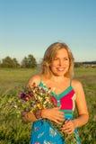 Γυναίκα με το άγριο χαμόγελο λουλουδιών Στοκ Εικόνα