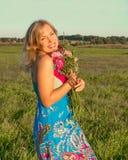 Γυναίκα με το άγριο χαμόγελο λουλουδιών Στοκ φωτογραφία με δικαίωμα ελεύθερης χρήσης