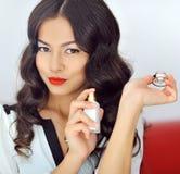 Γυναίκα με το άρωμα, νέο όμορφο μπουκάλι εκμετάλλευσης κοριτσιών του perfu Στοκ Εικόνες