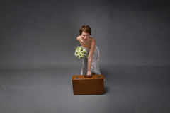 Γυναίκα με το άσπρο φόρεμα έτοιμο για τις ρομαντικές διακοπές στοκ φωτογραφία
