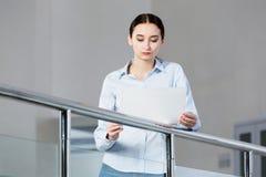 Γυναίκα με το έγγραφο στα χέρια Στοκ Φωτογραφίες