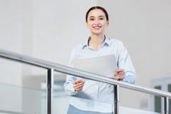 Γυναίκα με το έγγραφο στα χέρια Στοκ εικόνες με δικαίωμα ελεύθερης χρήσης