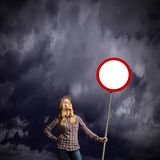 Γυναίκα με το έμβλημα Στοκ εικόνα με δικαίωμα ελεύθερης χρήσης
