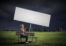 Γυναίκα με το έμβλημα Στοκ Εικόνα