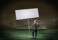 Γυναίκα με το έμβλημα Στοκ φωτογραφία με δικαίωμα ελεύθερης χρήσης