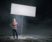 Γυναίκα με το έμβλημα Στοκ Φωτογραφίες