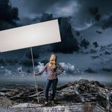 Γυναίκα με το έμβλημα Στοκ φωτογραφίες με δικαίωμα ελεύθερης χρήσης