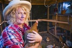 Γυναίκα με το αγαπημένο κοτόπουλο στο βραχίονα Στοκ Φωτογραφία