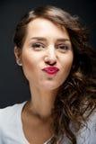 Γυναίκα με το αισθησιακό χαμόγελο φιλιών Στοκ φωτογραφία με δικαίωμα ελεύθερης χρήσης