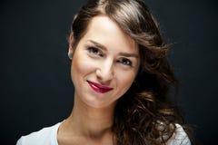 Γυναίκα με το αισθησιακό χαμόγελο Στοκ φωτογραφίες με δικαίωμα ελεύθερης χρήσης