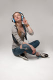 Γυναίκα με το ακουστικό που ακούει τη μουσική Στοκ εικόνες με δικαίωμα ελεύθερης χρήσης