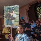 Γυναίκα με το αναμνηστικό σημάδι στο Tucson AIDSwalk Στοκ Φωτογραφία