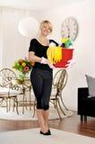 Γυναίκα με το απορρυπαντικό για το καθαρό σπίτι Στοκ εικόνα με δικαίωμα ελεύθερης χρήσης