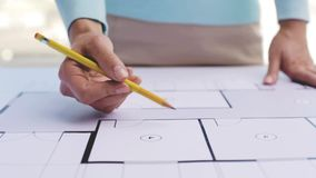 Γυναίκα με το αρχιτεκτονικά σχεδιάγραμμα και το μολύβι απόθεμα βίντεο