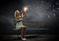 Γυναίκα με το βιολί Στοκ Εικόνες