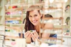 Γυναίκα με το βραχιόλι στο κατάστημα κοσμήματος Στοκ Φωτογραφία