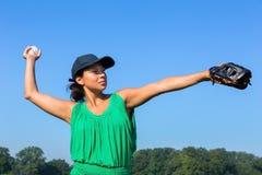 Γυναίκα με το γάντι και ΚΑΠ που ρίχνει το μπέιζ-μπώλ έξω Στοκ φωτογραφία με δικαίωμα ελεύθερης χρήσης
