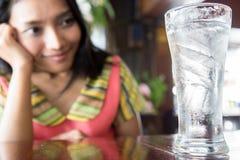 Γυναίκα με το γυαλί του γλυκού νερού στοκ φωτογραφία με δικαίωμα ελεύθερης χρήσης