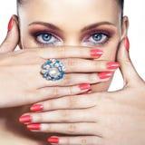 Γυναίκα με το δαχτυλίδι στοκ εικόνα