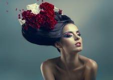 Γυναίκα με το δημιουργικό hairstyle στοκ εικόνα