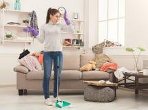 Γυναίκα με το ειδικό καθαρίζοντας σπίτι εξοπλισμού Στοκ Φωτογραφία