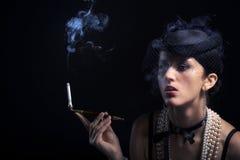Γυναίκα με το εκλεκτής ποιότητας καπέλο τσιγάρων Στοκ Φωτογραφίες