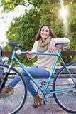 Γυναίκα με το εκλεκτής ποιότητας ποδήλατο Στοκ Φωτογραφίες