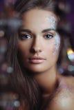 Γυναίκα με το εορταστικό makeup στα φω'τα boke Στοκ Εικόνα