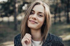 Γυναίκα με το ευρύ ανοικτό στόμα και την αύξηση του φρυδιού που εξετάζει τη κάμερα στοκ εικόνες με δικαίωμα ελεύθερης χρήσης