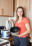 Γυναίκα με το ηλεκτρικό crockpot Στοκ Φωτογραφία