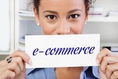 Γυναίκα με το ηλεκτρονικό εμπόριο σημαδιών Στοκ εικόνες με δικαίωμα ελεύθερης χρήσης