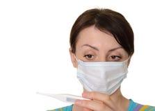 Γυναίκα με το θερμόμετρο που απομονώνεται στην άσπρη ανασκόπηση στοκ φωτογραφία