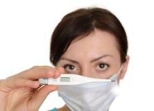 Γυναίκα με το θερμόμετρο που απομονώνεται στην άσπρη ανασκόπηση στοκ εικόνες με δικαίωμα ελεύθερης χρήσης