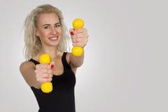 Γυναίκα με το διαθέσιμο χαμόγελο αλτήρων διάστημα αντιγράφων στοκ εικόνα με δικαίωμα ελεύθερης χρήσης