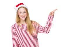 Γυναίκα με το καπέλο Χριστουγέννων και το σημείο δάχτυλων κατά μέρος Στοκ Εικόνες