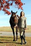 Γυναίκα με το καφετί άλογο το φθινόπωρο Στοκ εικόνα με δικαίωμα ελεύθερης χρήσης