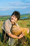 Γυναίκα με το καλάθι στο λιβάδι στοκ εικόνες