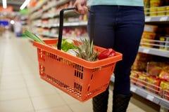 Γυναίκα με το καλάθι τροφίμων στο παντοπωλείο ή την υπεραγορά στοκ φωτογραφίες