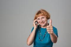 Γυναίκα με το κινητό τηλέφωνο Στοκ εικόνα με δικαίωμα ελεύθερης χρήσης