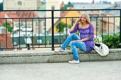 Γυναίκα με το κινητό τηλέφωνο Στοκ Εικόνα