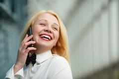 Γυναίκα με το κινητό τηλέφωνο διαθέσιμο Στοκ φωτογραφία με δικαίωμα ελεύθερης χρήσης